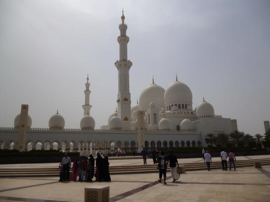 Abu Dhabi'deki Zayed Camii gezilip görülmesi gereken yerlerden...