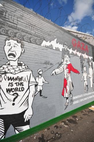 Shankill'deki duvarlar sadece İrlanda'ya değil, tüm Dünya'ya ayrılmış.